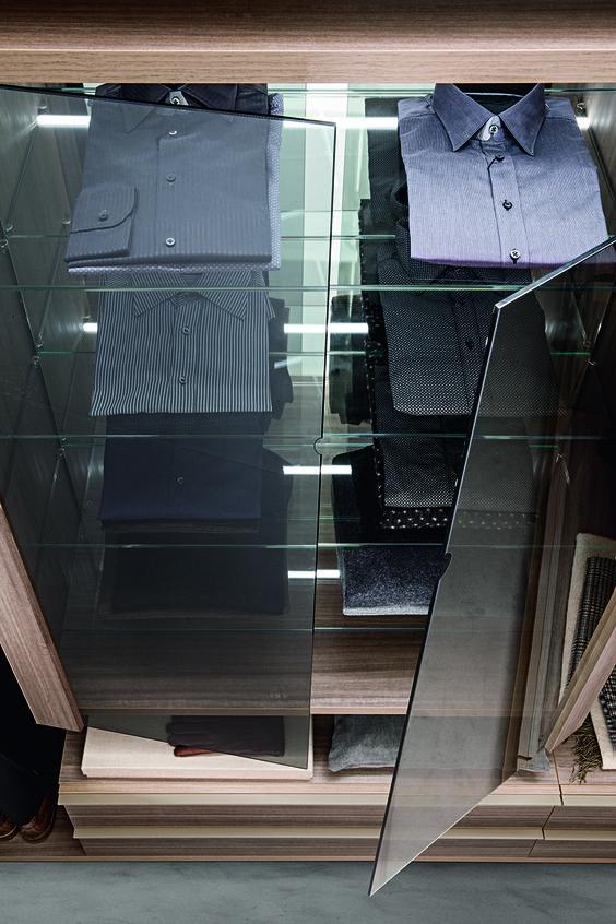 PRESOTTO | Varius Free walk-in-closet. The storage unit is provided with glass shelves, mirrored back panel and doors in clear grigio glass. _ Cabina armadio Varius. L'elemento contenitore è dotato di ripiani vetro con schienale specchio e ante in vetro trasparente grigio.
