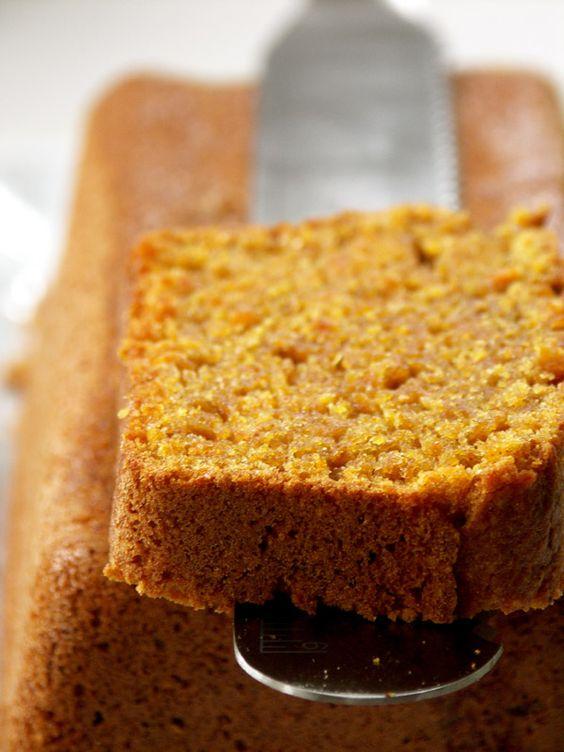 Cake aux carottes express : 400 g de carottes hachées (à la limite de la purée) – 200 g de sucre + 200 g de farine + 100 g de beurre + 2 oeufs + 1 paquet de levure chimique + 1 pincée de bicarbonate de soude + 1 cuillère à café de canelle selon votre goût + 60 g de noix ou noisettes concassées (facultatif)