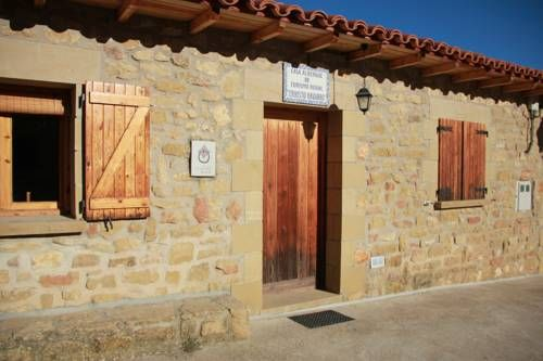 O Caxico casa rural Fuencalderas O Caxico casa rural is situated in Fuencalderas, 37 km from Jaca. Huesca is 47 km away.  The accommodation comes with a flat-screen TV. All units have a kitchen fitted with a microwave and fridge.