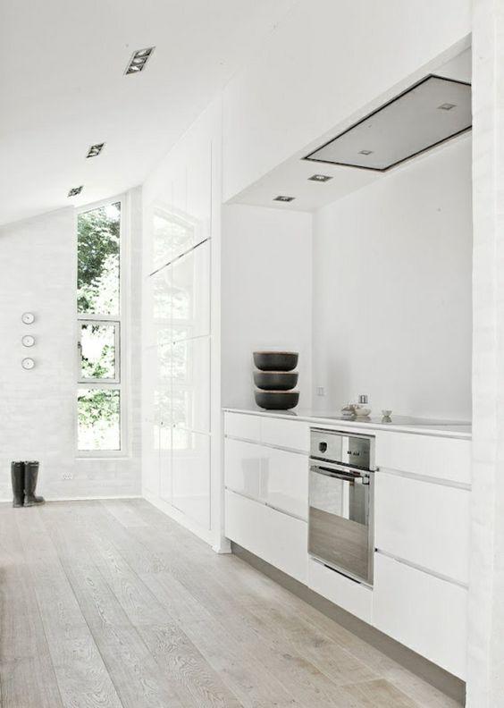 cuisine laque blanche avec sol en parquet gris et murs blancs - Cuisine Beige Laquee