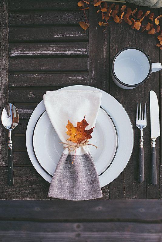 Une simple feuille morte placée au creux de l'assiette peut donner un look automnal à la table