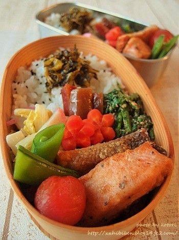 お弁当にピカタを。フライパンにバターかオイルを引いて鮭を焼き、味付けはクレイジーソルトで。※フライパンに内径サイズにカットしたクッキングシートを敷くと皮がこびりつきません。