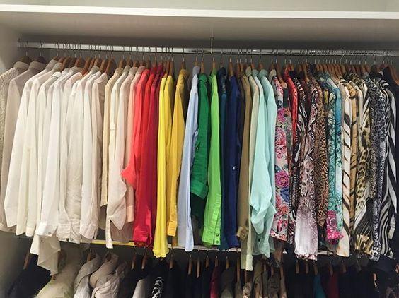 Job de hoje , Closet feminino organizado por categoria , seguindo a cartela de cores !! 👗👚👖👗👚👖