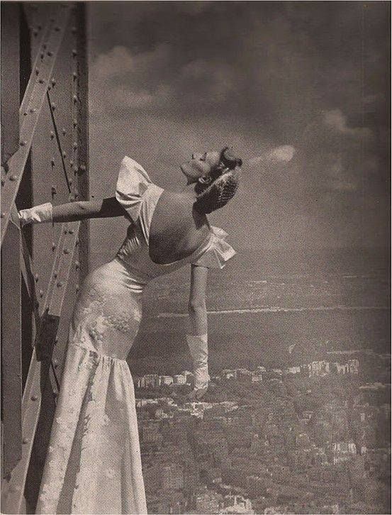 1939: Revista Harper's Bazaar. La Torre Eiffel cumple 50 años. Vestido realizado por Mainbocher.