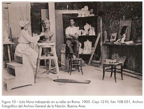 Lola Mora, escultora argentina, en su taller de Roma, 1905. AGN, Buenos Aires. Tomado de: www.artefe.org.ar