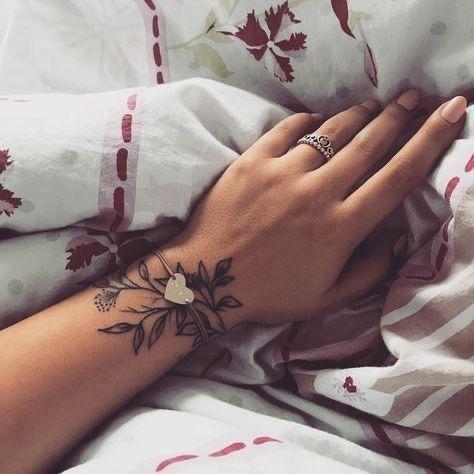 Significado De Tatuarse Hojas En La Muneca Tatuajes Elegantes Diferentes Tatuajes Tatuajes Delicados