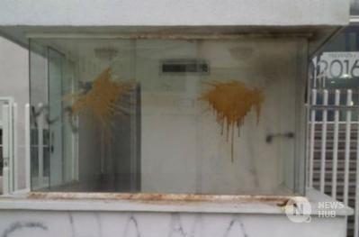 Encapuchados atacan diario El Nacional en Caracas con bombas molotov y…