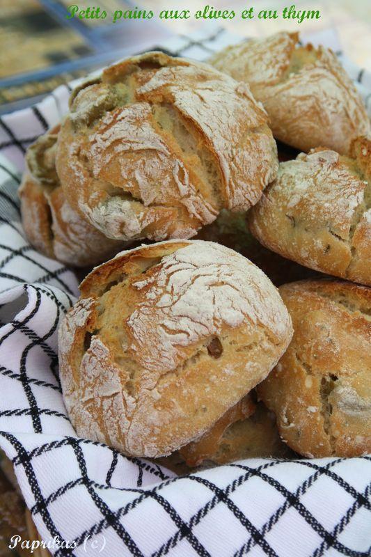Le pain sans pétrissage à tellement parlé de lui dans la blogosphère que je ne sais plus chez qui la recette a débuté. Je l'ai testé plusieurs fois et dès le début j'étais sous le charme, puis après j'ai essayé de rajouter des ingrédients que j'aime et...