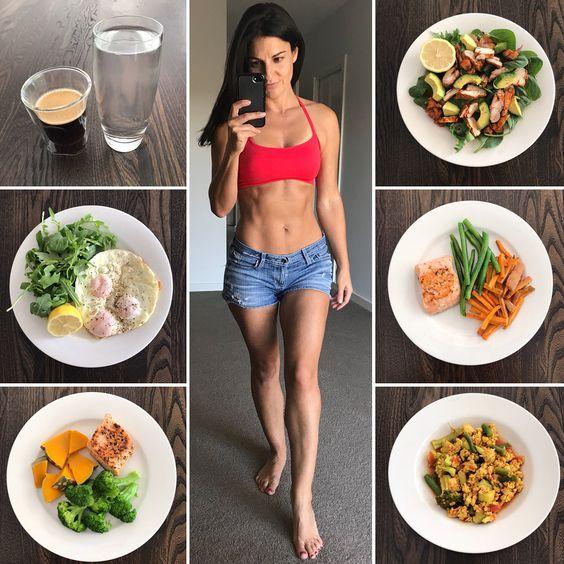Pudemos ver que a dieta Low Carb propõe uma certa restrição de carboidratos. Mas para você entender um pouco mais sobre elas, nesse t´pico vamos detalhas quais são os principais alimentos inseridos e proibidos nesse tipo de dieta alimentar.  •O que pode? No geral, a dieta Low Carb permite o consumo de Carnes, mesmo as que possuem carboidratos. Aliás, toda fonte de gordura boa é bem-vinda, já que traz maior saciedade e ajuda a fornecer energia para o nosso organismo.  Em vista disso, o Low Carb permite o consumo de Oleaginosas, Abacate, Coco e peixe. As verduras, incluindo com destaque as Hortaliças e os Vegetais mais folhosos são ótimos e super liberados para a dieta.  O consumo de ovo, leite e derivados também fazem parte do cardápio, uma vez que são fontes importantes de proteína para o nosso organismo.  •O que não pode? Basicamente, não se inclui na dieta Low Carb, o consumo de alimentos de origem industrializada ou com níveis altos de tempero artificializado. As fontes de Gordura Trans, os doces ou qualquer outra espécie de Açúcar, incluído os adoçantes industrializados, são vetados da dieta.  Qualquer tipo farinha, pão ou massa também é cortada da Low Carb e isso inclui os alimentos integrais também. Todo carboidrato com nível alto de glicemia também é proibido, já que ele possui a capacidade de aumentar muito rápido os níveis de glicose do sangue.