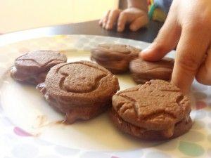 Biscoito Recheado do Bem: Ingredientes: 150g de farinha de trigo 100g de manteiga 25g de cacau em pó 50g de açúcar mascavo Para o recheio: 1 banana bem madura cacau em pó