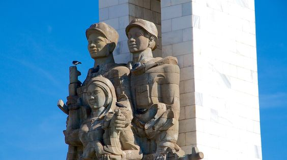 Hình ảnh những người lính hai quốc gia đang bảo vệ và che chở cho nhân dân
