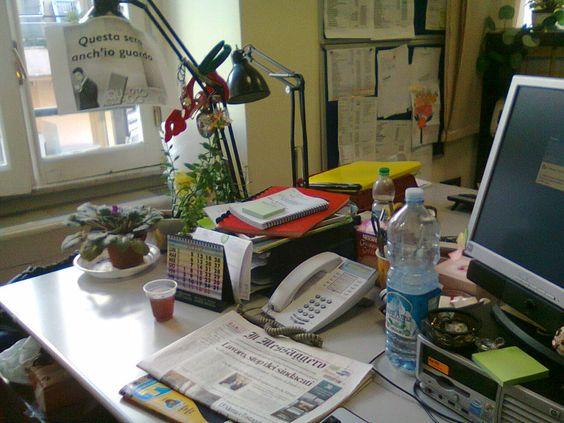 ALTRO LO SOLE A VIALE AVENTINO.  e le mie piante sulla scrivania stanno tutte contente. scrivania in ordine, prima che si avvii il caos!  (Damiana Melasecca)