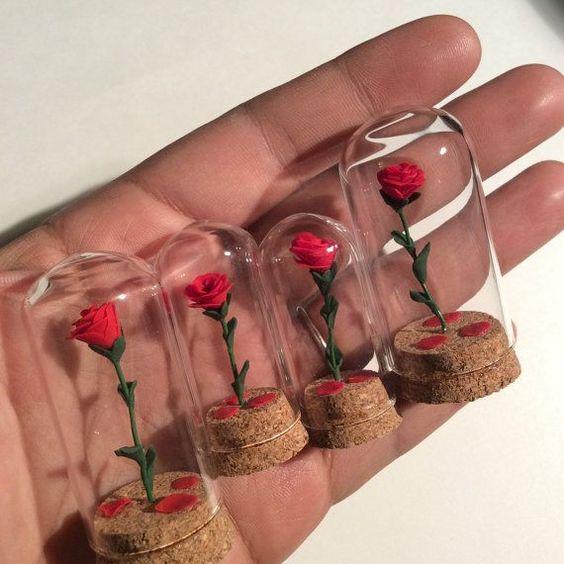 Beauté et la bête Enchanted Rose inspirent cloche avec de l'argile polymère rose