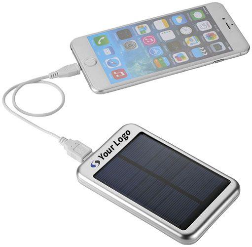 El cargador Solar Bask es compacto y ligero. Perfecto para llevarselo al camping, o para pasar fuera unos días. Funciona con una batería de 4000 mAh, y es capaz de cargar al completo tu tableta o teléfono para que nunca te quedes sin batería.