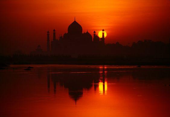 El Taj Mahal, en Agra y cerca de Nueva Delhi, es el mayor monumento al amor que se ha construido jamás. Las sinuosas formas de su cúpula, sus minaretes y el deslumbrante mármol blanco, bañándose sobre el cielo anaranjado del ocaso, son una estampa digna de los dioses.