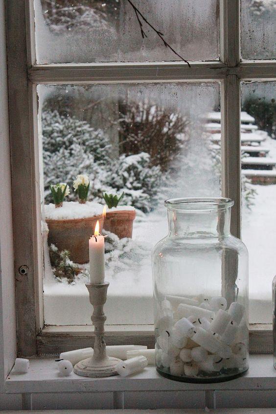 Bougies et vase sur un rebord de fenêtre Plus: