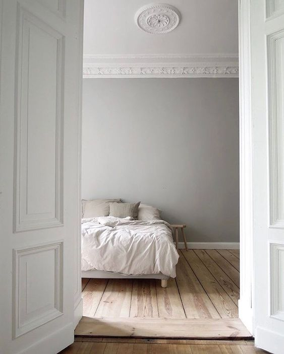 Grey bedroom walls - Farrow & Ball Pavilion Gray. Come discover 9 Timeless Grey-Blue Paint Color Ideas For Quiet, Sophisticated Greys for Walls, Furniture and Trim! #paintcolors #bluegrey#paviliongray #farrowandballpaviliongray #graypaintcolors #bestgraypaint
