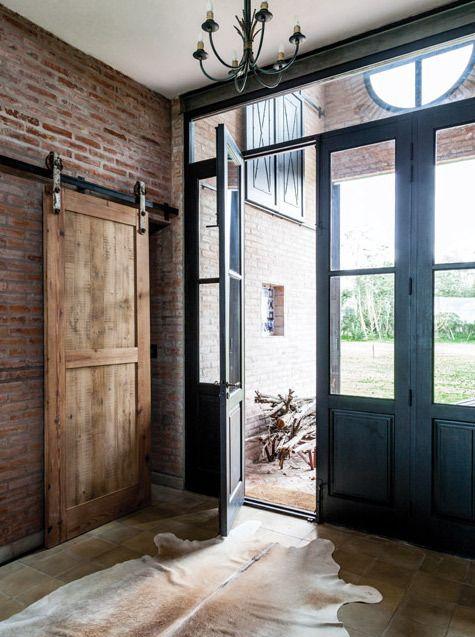 Porte d'entrée d'un ancien dépôt de chemin de fer transformé en habitation.  Chiffrez votre projet sur http://www.avantages-habitat.com/travaux-fenetre-et-menuiserie-71.html