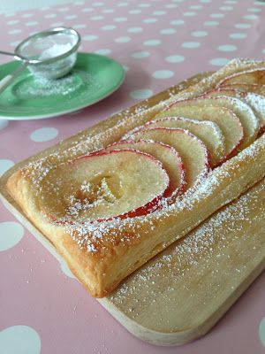 Blätterteig, 3 Äpfel dünn geschnitten darauf verteilt, mit Zitrone beträufelt und mit etwas Zimt & Zucker in den Ofen geschoben.
