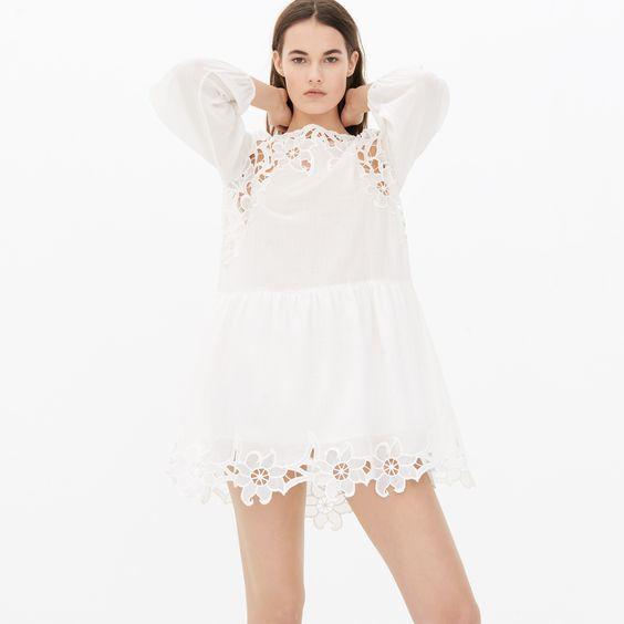 Kleid von Sandro mit langen Puffärmeln und Rundhalsausschnitt. Stickereien aus feiner floraler Spitze im oberen und unteren Bereich des Kleides. Ideal für einen schicken, legeren Look. Das Model trägt Größe 1.