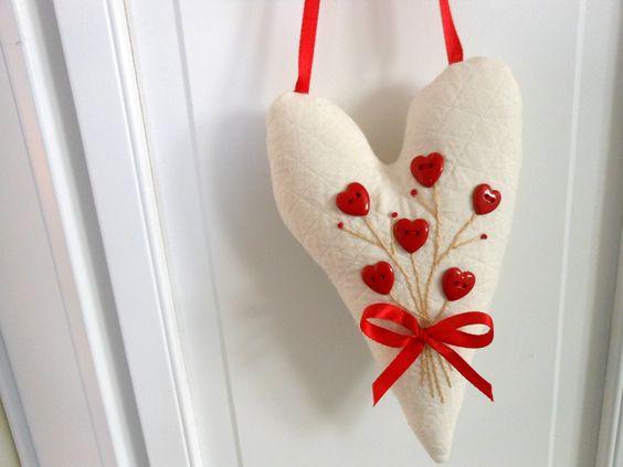 Hanging Heart w / boutons coeur et bouquet brodé par AThymetoSew