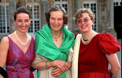 En av de sista bilderna på Regina von Habsburg tillsammans med sina döttrar Gabriela och Walburga.