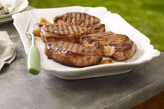 Une marinade vite faite et une bonne sauce barbecue sont tout ce qu'il faut pour obtenir des côtelettes tendres, juteuses et savoureuses à souhait. Suivez nos étapes toutes simples et voyez par vous-même!