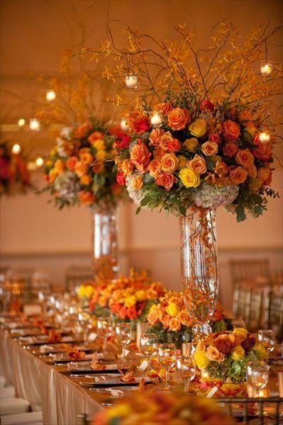 Lindo arranjo floral de mesa em tons laranja e pessego.
