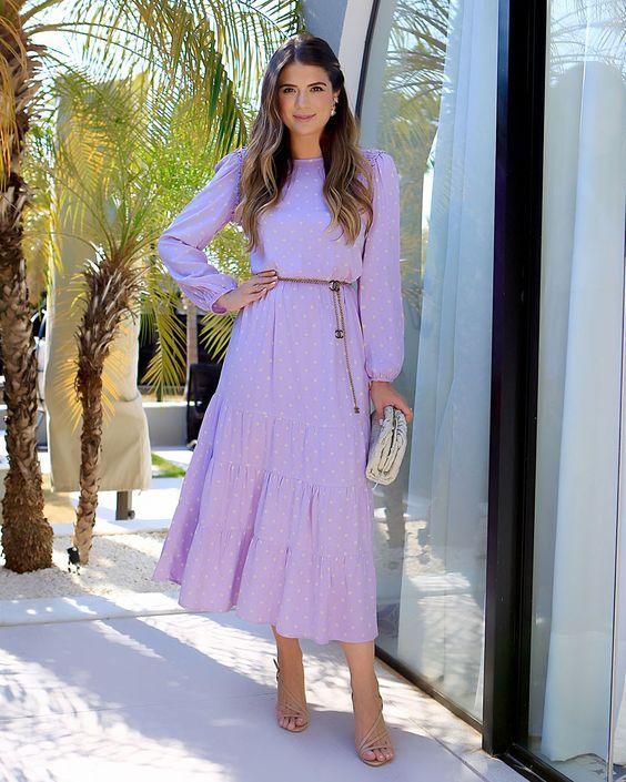 Mujer con un estilo que dice amor a primera vista, usando un vestido lila hasta el tobillo