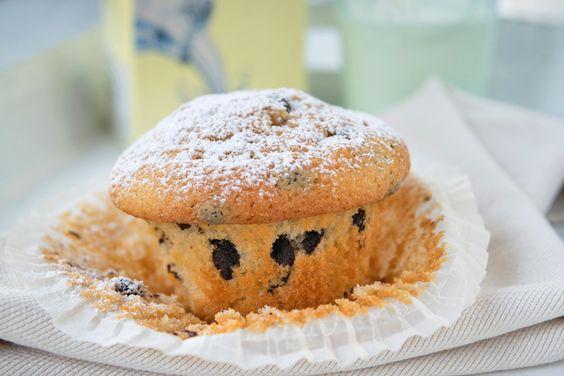 Die fruchtig-süße Nachspeise zaubern Sie mit dem #Rezept für die #Bananen-#Muffins mit Schokostücken.