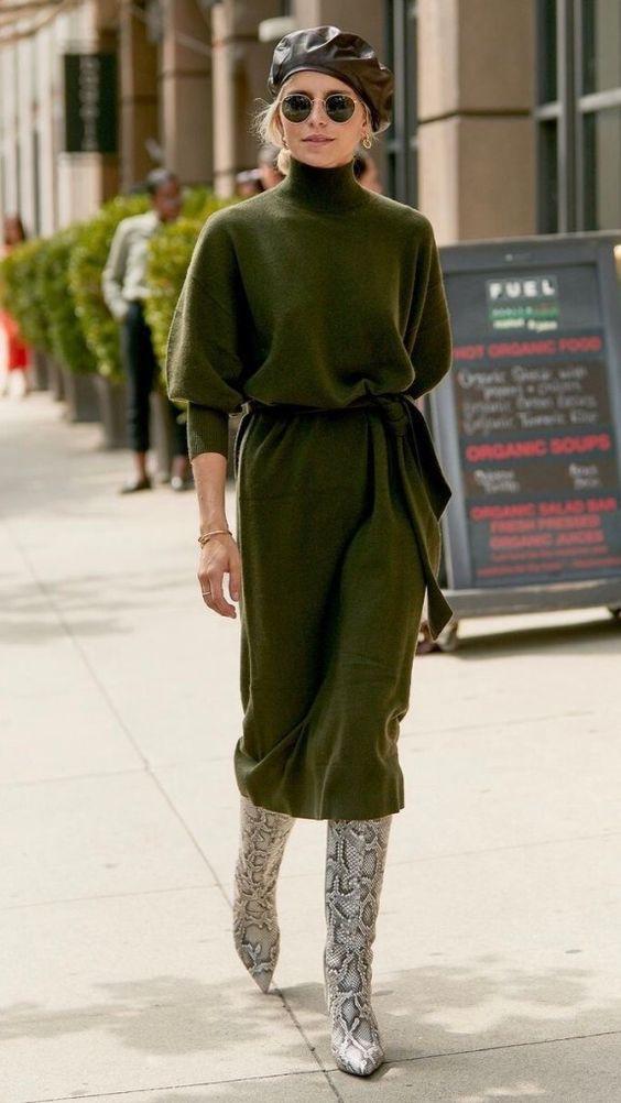 L'abito in maglia verde con gonna midi con cintura in vita