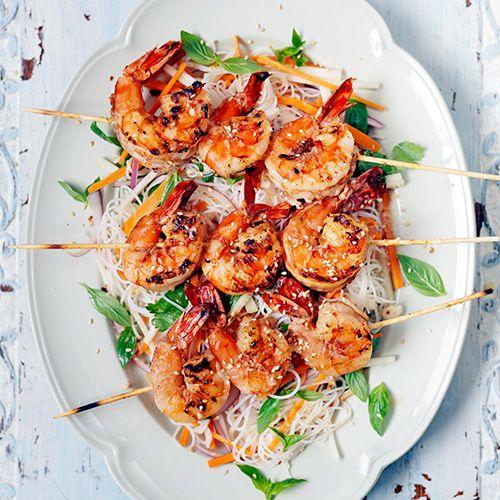 Zet je BBQ of grillpan maar aan! Deze Aziatische garnalenspiesjes zijn mega smaakvol, zeker als je ze serveert bij wat mie en groenten. Als dat geen Oosters smullen wordt...    1 Verwerk ⅔ van degember met de sjalotjes,...