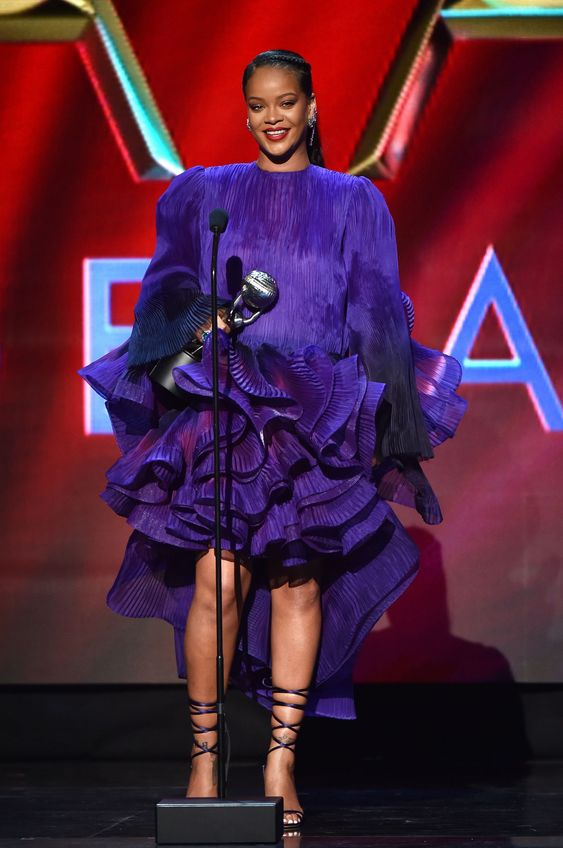 hot or not - Rihanna in abito viola con maxi rouche
