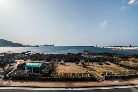 이렇게 멋진 에어비앤비 숙소를 확인해보세요: 제주공항에서가까움.바다전망매우좋고 2베드룸이있슴 - Jeju-si의 게스트하우스에서 살아보기