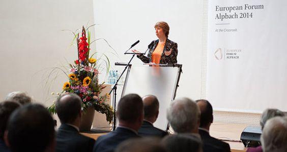 """Seit 1945 schon findet jährlich das """"Europäische Forum Alpbach"""" im namensgebenden, idyllischen Tiroler Bergdorf statt. Grob heruntergebrochen, trifft sich dort die selbsternannte Intelligenzia Europas (und leider auch Amerikas), um """"zukunftsträchtige Gesellschaftsmodelle"""" zu entwerfen. Dazu zieht man ein Riesen-Spektakel mit Seminaren, Workshops und allerlei anderem Brimborium auf."""