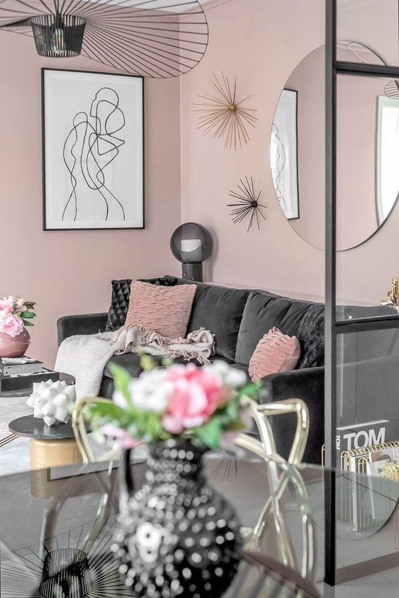 Un canapé en velours noir dans un appartement rose - PLANETE DECO a homes world
