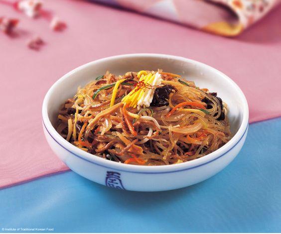 15 recettes incontournables de la cuisine coréenne - Japchae (Vermicelles chinois sautés à la viande et aux légumes)