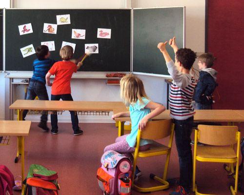 """Kinder sind meist sehr bewegungsfreudig und können nicht alle länger als 30 Minuten still und konzentriert am Platz sitzen. Zwischen schriftlichen Aufgaben ist es daher sinnvoll Bewegungspausen einzubauen. Kombiniert mit der englischen Sprache, haben diese Pausen nicht nur den Effekt, die Konzentration für das Schreiben und Rechnen wiederzugewinnen, sondern bilden außerdem """"Erinnerungsbrücken"""" ..."""
