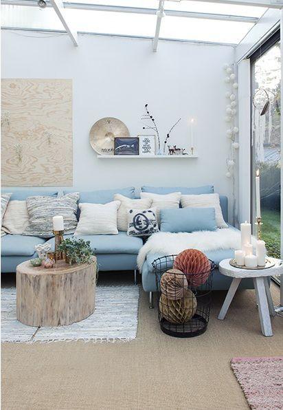 TOUT, canapé bleu, coussins en pagaille bois, guirlandes, bougies, du blanc, le sol etc. Tout ce que j'aime.