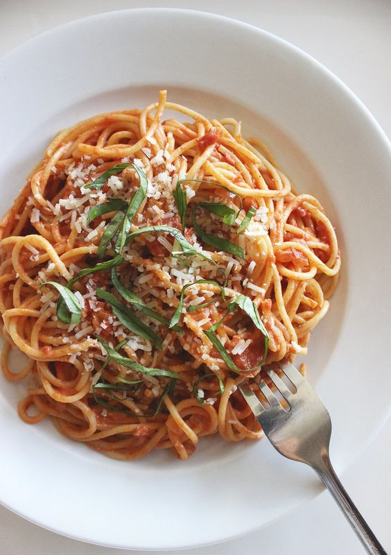 14 Meat-Free Recipes With Over 20 Grams of Protein: Spaghetti With Greek-Yogurt Tomato Sauce