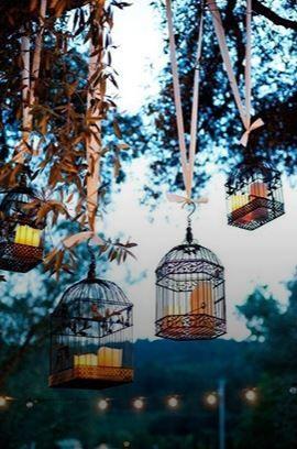 Des vieilles #cages à #oiseaux #suspendues transformées en #bougeoirs apportent une touche #chic et #romantique à la #déco. Attention cependant à les accrocher loin des feuillages.