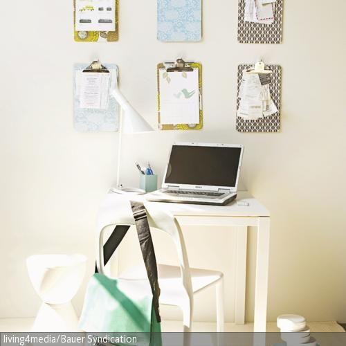 Eine schöne Alternative zu den herrkömmlichen Pinnwänden: Einfache Klemmbretter mit Dekopapier bekleben und in dekorativer Anordnung an die Wand bringen. Fertig …