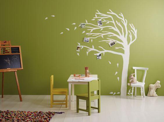 Sjablonger og farge fra Jotun. Vegg: Sens 8109 Aprilgr?nn. Treet/stol/bord: Sens 9918 Klassisk ...