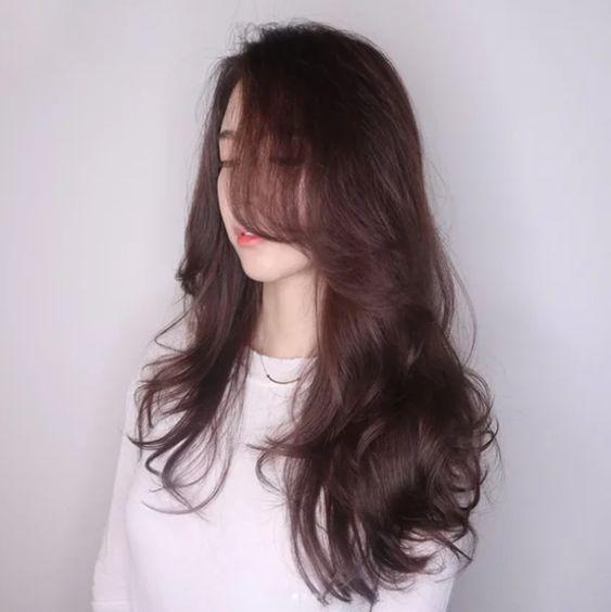 Năm nay cứ phải diện kiểu tóc này thì mới đẹp, sang chảnh và chẳng bao giờ lo lỗi mốt. Nếu như năm 2017 là sự bùng nổ của mái tóc ngắn khi người người nhà nhà đua nhau diện tóc bob, tóc lob thì sang năm mới đây kiểu tóc dài uốn xoăn bồng …