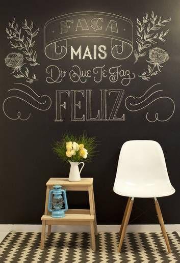 Painel de giz desenhado na sala de um apartamento na Barra Foto: Bárbara Lopes / Agência O Globo: