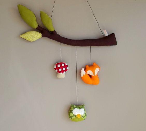 Mobile fait main en tissu polaire ou feutrine, sur le thème de la forêt avec 3 sujets suspendus: champignon, zozio, renard, chouette ou hérisson ...