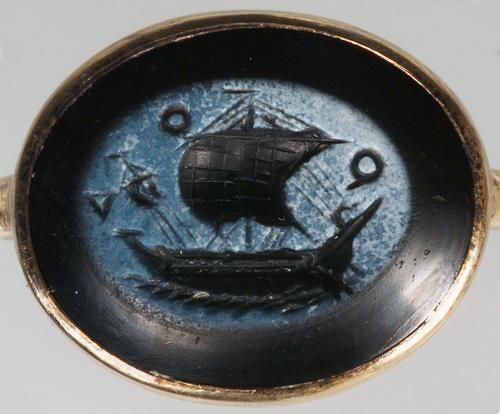Gemme: Handelsschiff. Römisch, Mittlere Kaiserzeit 2. Jh. n. Chr. Nicolo, hellblaue auf dunkelblauer Schicht. In moderner vergoldeter Silberfassung als Ring.