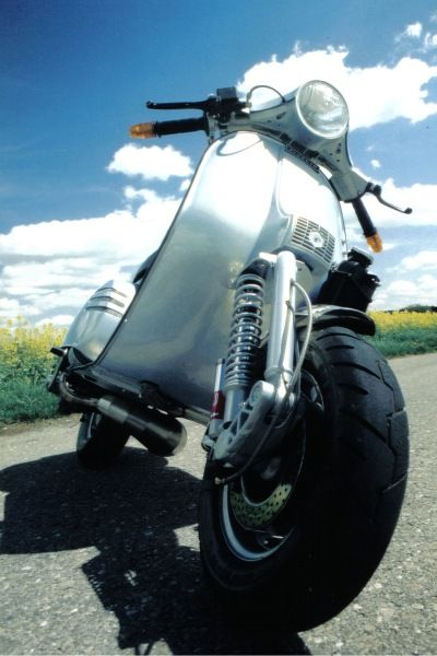 Not just classy, also cool!  Vespa PX 200 #KiWAV #motorcycle #Vespa http://kiwavmotors.com/en/for-vespa