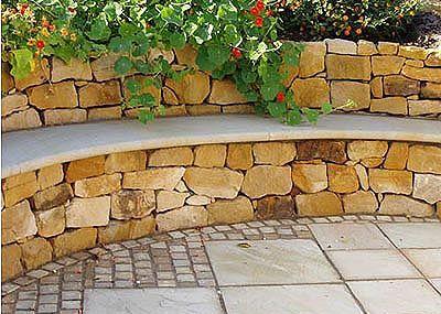 Trockenmauer aus Sandstein Mauersteine mit Sitzfläche