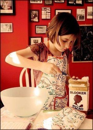 朝食を作っている海外女性